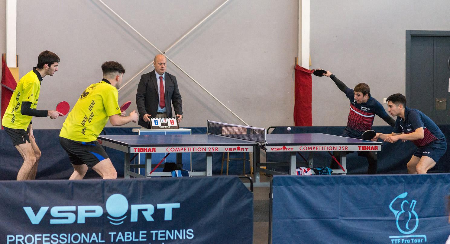 Rubén y David jugando el dobles frente a Iván y Daniel