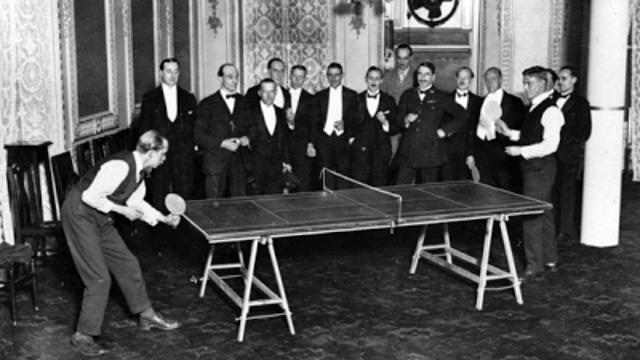Escena de principios del siglo XX. La mesa está señalizada como si fuera una pista de tenis.
