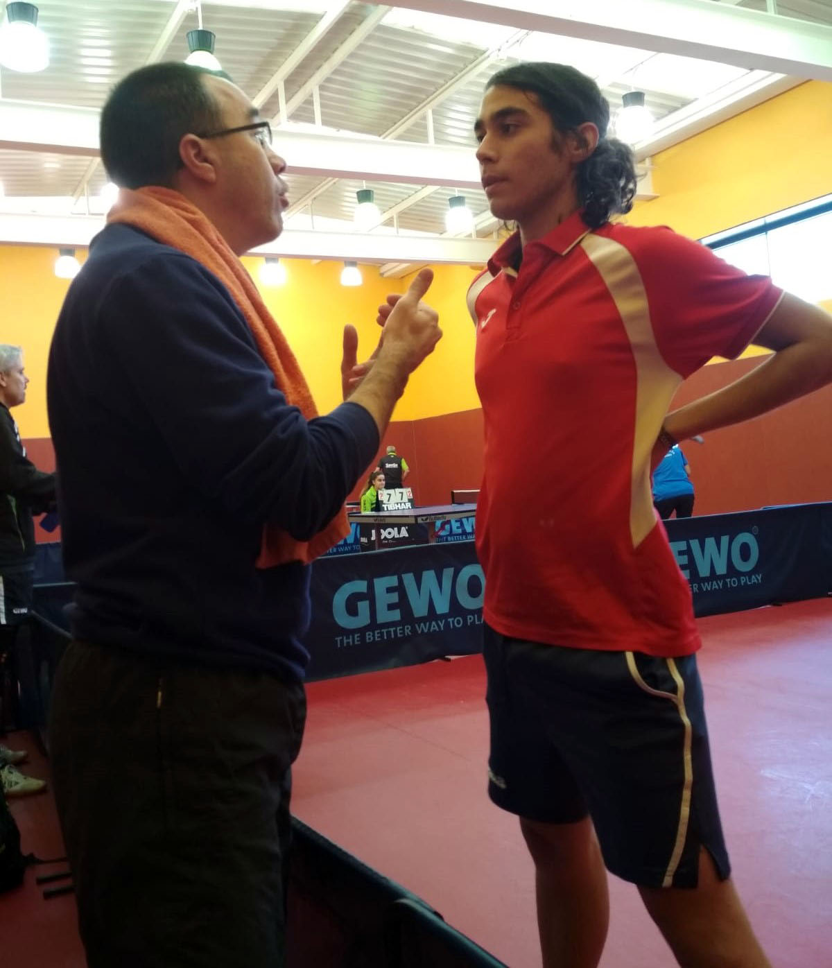 Manolo aleccionando a Alberto durante el partido