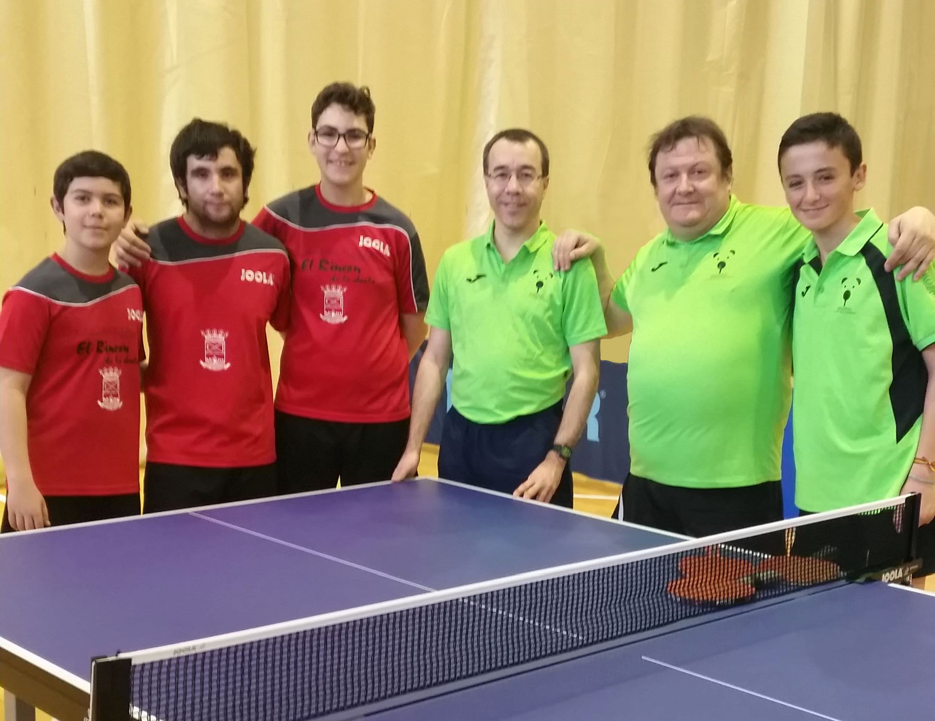 Manuel, Antonio y Mario posando junto al equipo de Collado Mediano